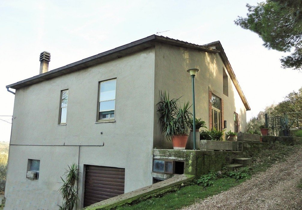 House for sale in Umbria with olive and truffle