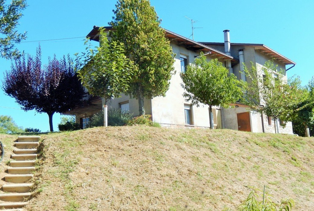 House for sale in Fratta Todina with 2 apartments and land