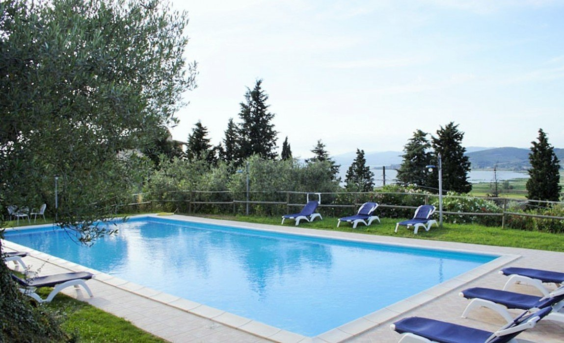 Farmhouse for sale in Lake Trasimeno with pool