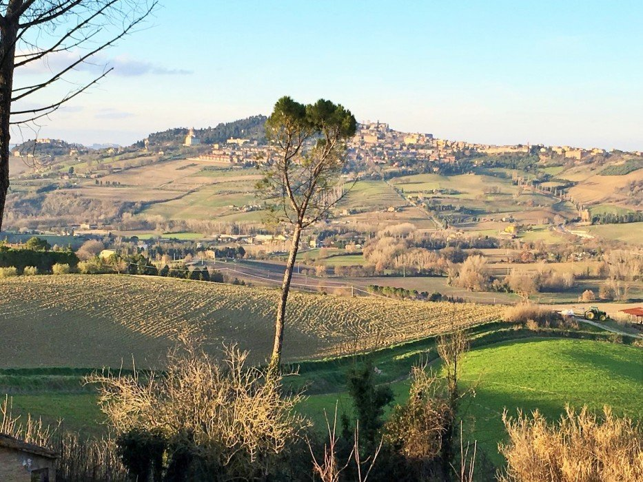 Property for sale in Todi with exclusive and panoramic land