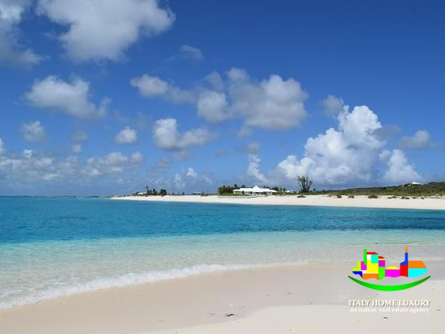 Villa for sale in the Bahamas directly on the beach